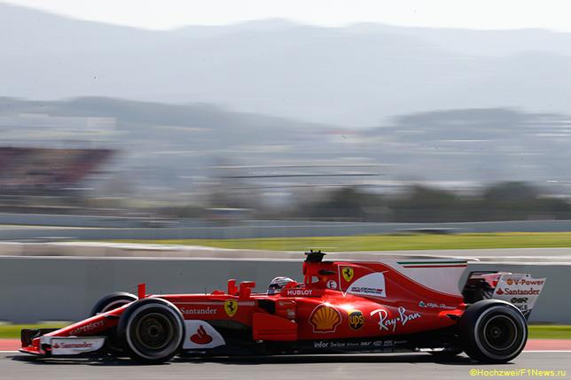 Себастьян Феттель за рулём Ferrari SF70H на тестах в Барселоне