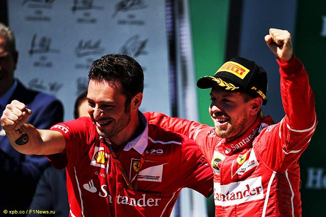 Себастьян Феттель и Джузеппе Виетина, руководитель гоночной бригады Ferrari, на подиуме Гран При Бразилии