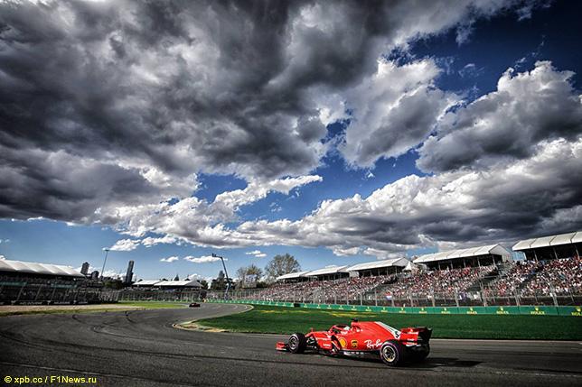 Себастьян Феттель за рулём Ferrari SF71H на трассе в Альберт-парке