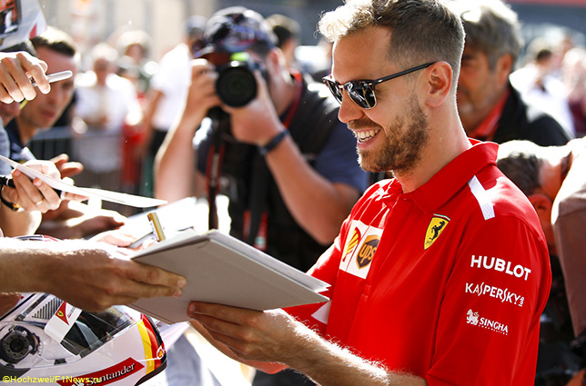 Себастьян Феттель раздаёт автографы болельщикам в Монако