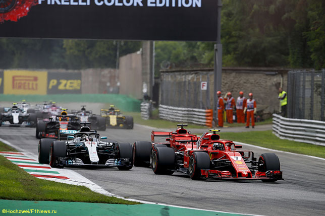 Этот эпизод на первом круге Гран При Италии завершился тем, что Льюис Хэмилтон опередил Себастьяна Феттеля, а тот оказался в хво