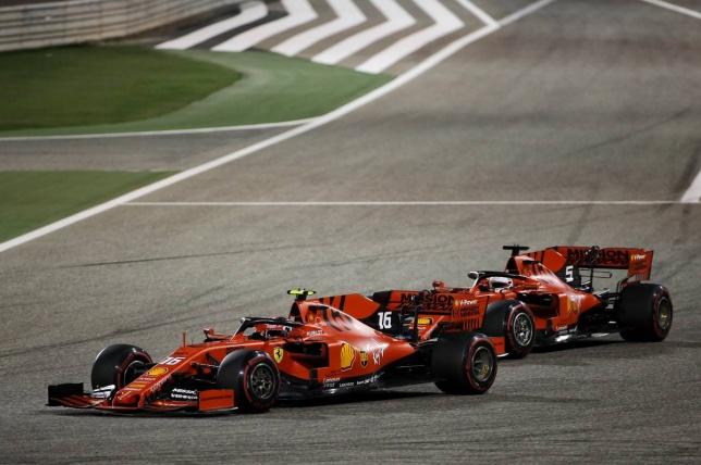 Шарль Леклер обходит Себастьяна Феттеля на трассе в Бахрейне