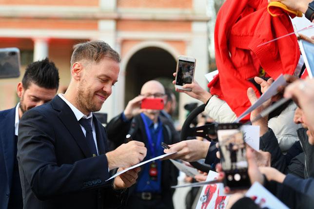 Себастьян Феттель раздаёт автографы перед презентацией Ferrari SF1000