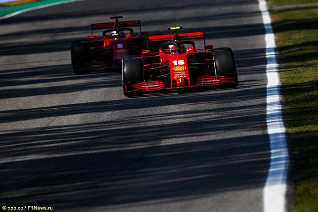Машины Ferrari на трассе в Монце