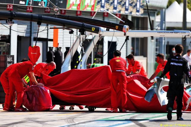 Механики закатывают в боксы машину Шарля Леклера
