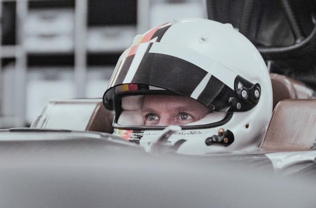 Себастьян Феттель в ходе процедуры подгонки сиденья, фото пресс-службы Aston Martin