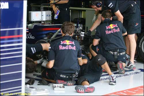 Механики Red Bull Racing работают с машиной Феттеля