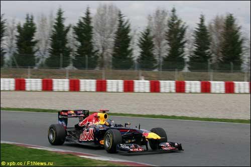 Себастьян Феттель за рулем Red Bull RB7 на трассе в Барселоне