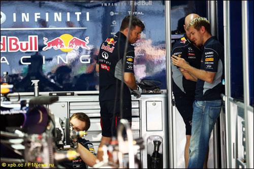 Себастьян Феттель в боксах Red Bull Racing