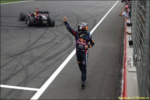 Себастьян Феттель приветствует зрителей после победы на Гран При Индии