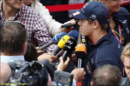 Себастьян Феттель в окружении журналистов