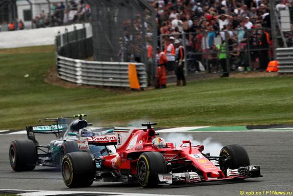 Problèmes avec le pneu avant gauche sur la voiture de Sebastian Vettel