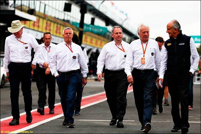 Дерек Уорик, Чарли Уайтинг и представители FIA в Мельбурне