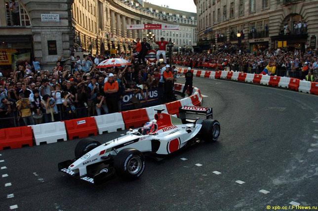 Дженсон Баттон во время демонстрационных заездов Формулы 1 в Лондоне, 2004 год