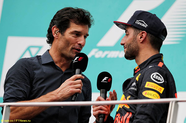 Марк Уэббер берёт интервью у Даниэля Риккардо на подиуме Гран При Малайзии 2017 года