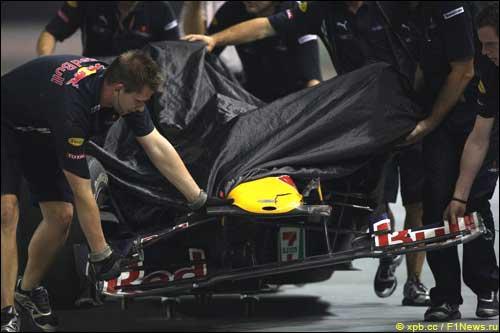Сингапур. Пятница. Механики Red Bull и повреждённая машина Марка Уэббера