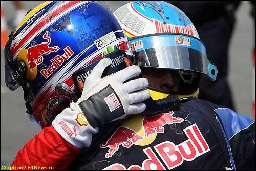Марк Уэббер и Фернандо Алонсо поздравляют друг друга после финиша Гран При Испании