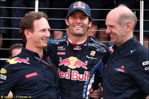 Марк Уэббер с Эдрианом Ньюи (справа) и Кристианом Хорнером после победы в Гран При Великобритании