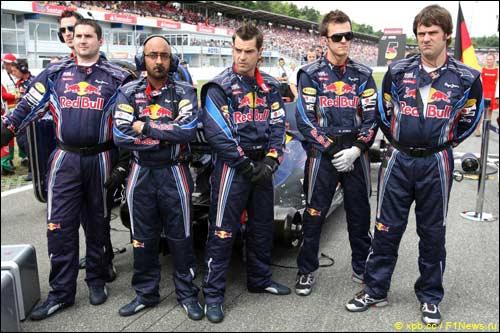 Механики Red Bull закрывают диффузор RB6 от объективов фотографов