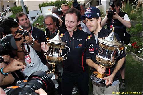Кристиан Хорнер и Себастьян Феттель в окружении журналистов после Гран При Бахрейна