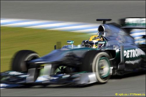 Льюис Хэмилтон за рулем Mercedes