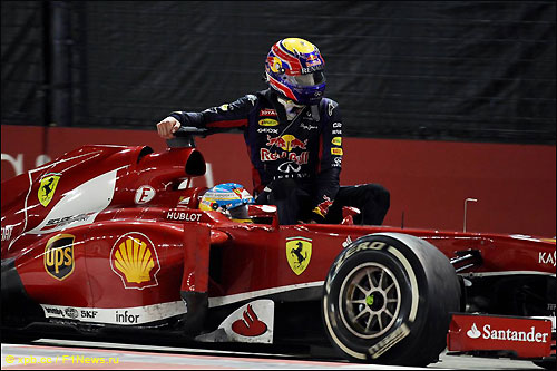 Фернандо Алонсо подвозит Марка Уэббера после финиша Гран При Сингапура