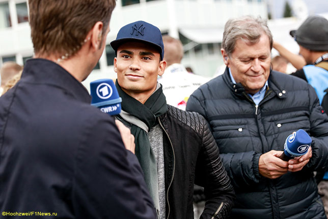 Паскаль Верляйн раздаёт интервью в Хоккенхайме, справа - Норберт Хауг, бывший директор Mercedes Motorsport