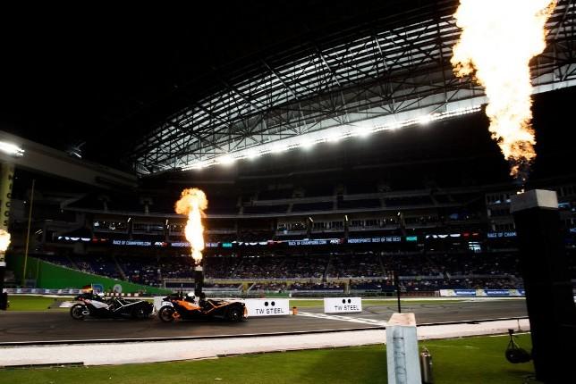 Машины Фелипе Массы и Паскаля Верляйна пересекают линию финиша, но через мгновение произойдёт авария