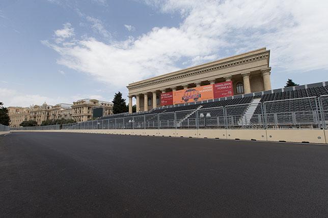 Восемь из девяти трибун для зрителей в Баку уже возведены