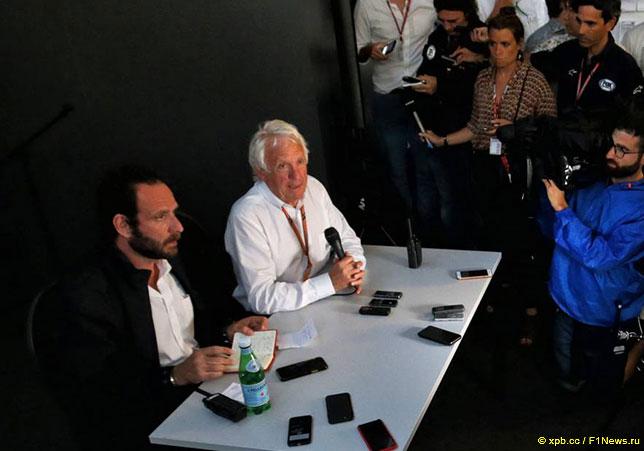 Чарли Уайтинг на встрече с прессой, слева - руководитель пресс-службы FIA Маттео Бончиани