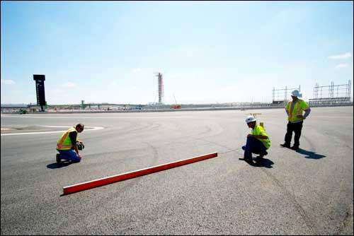 Инженеры компании Tilke проверяют характеристики покрытия