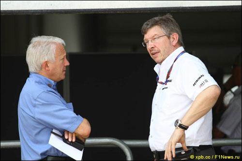 Чарли Уайтинг и Росс Браун, руководитель Mercedes AMG