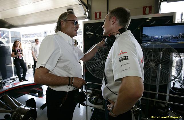 Мансур Оджей и Мартин Уитмарш в боксах McLaren, 2009 год