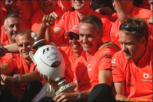 В McLaren празднуют победу Хэмилтона