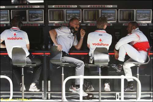 Команда McLaren: второй слева Мартин Уитмарш, крайний справа - Льюис Хэмилтон