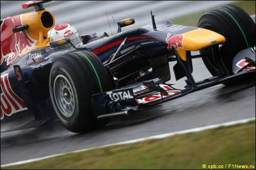 Себастьян Феттель за рулем Red Bull RB6 на трассе в Сузуке