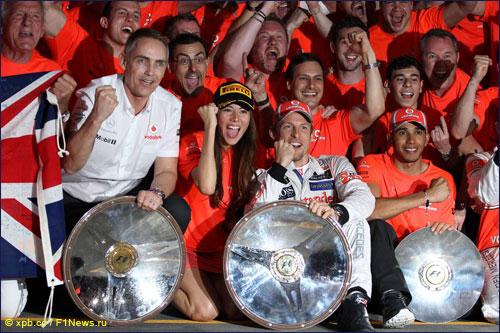 Мартин Уитмарш вместе с командой радуется успеху на Гран При Австралии