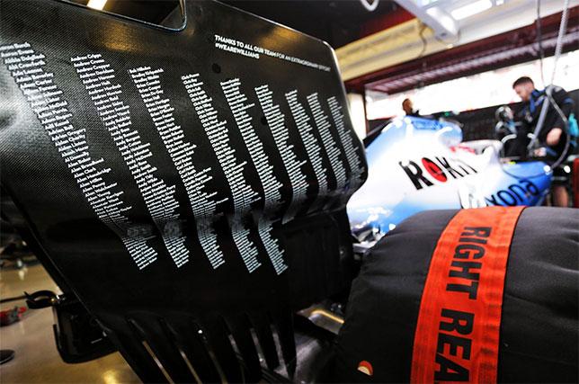 На торцевых пластинах заднего крыла машины Williams появился список всех, кто имело отношение к её созданию