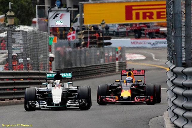 Льюис Хэмилтон и Даниэль Риккардо на трассе Гран При Монако