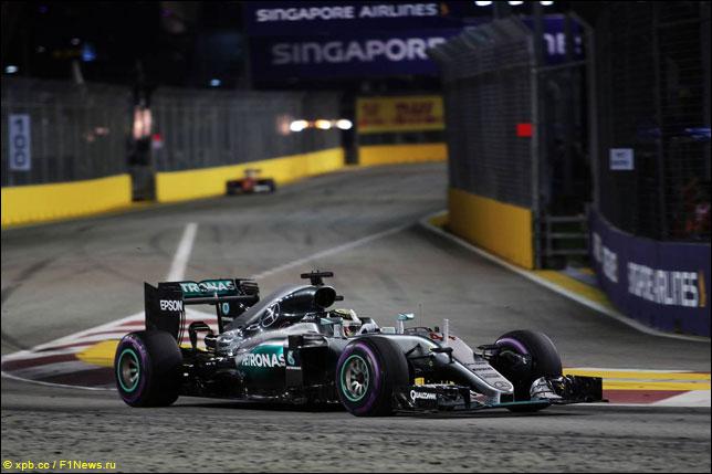 Льюис Хэмилтон на прошлогоднем Гран При Сингапура