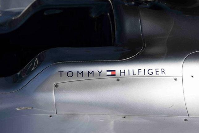 Логотип Tommy Hilfiger на машине Mercedes
