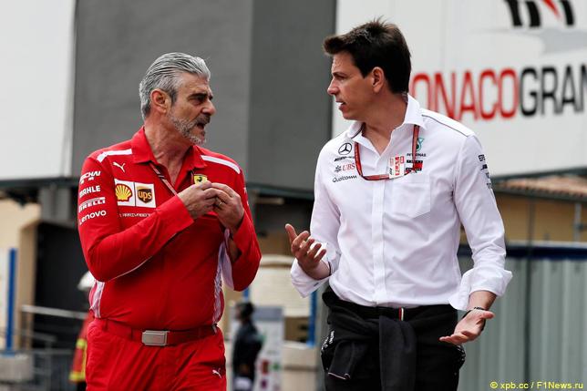 Тото Вольфф (справа) и руководитель команды Ferrari Маурицио Арривабене