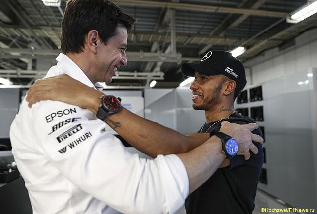 Тото Вольфф поздравляет Льюиса Хэмилтона с победой в Гран При Японии