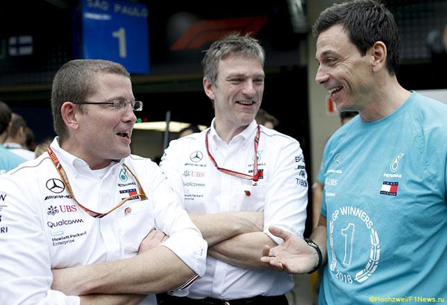 Тото Вольфф (справа), технический директор Mercedes Джеймс Эллисон и гоночный инженер Хэмилтона Питер Боннингтон отмечают победу