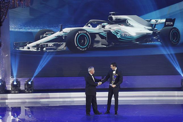 Тото Вольфф получил Кубок конструкторов из рук Чейза Кэри, исполнительного директора Формулы 1