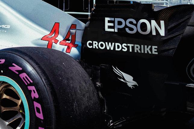 Логотип CrowdStrike на машине Льюиса Хэмилтона