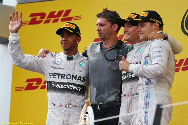 Гонщики Mercedes и Валттери Боттас на подиуме Гран При Австрии 2014 года