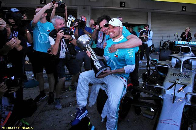 Тото Вольфф поздравляет Валттери Боттаса с победой в Гран При США