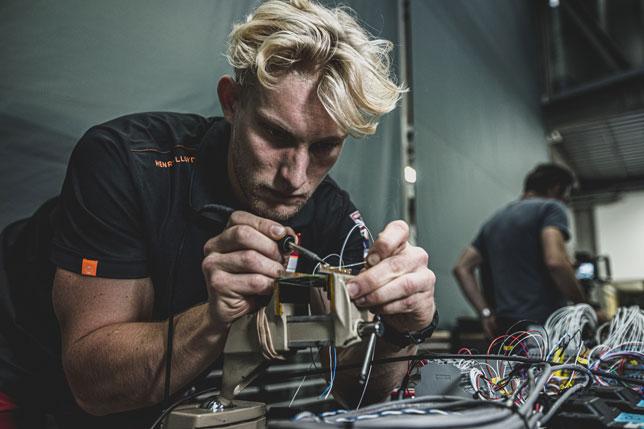 Инженер INEOS (фото пресс-службы Mercedes)