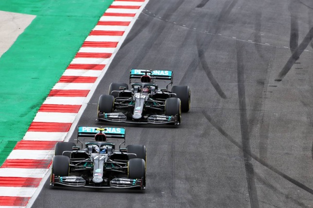 Валттери Боттас и Льюис Хэмилтон за рулём Mercedes W11